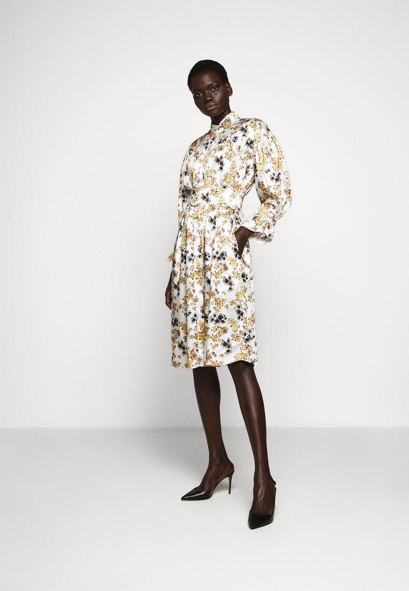 Victoria Victoria Beckham - TIE SLEEVE DRESS - Shirt dress - ditsy mustard