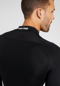 Nike Performance - PRO COMPRESSION MOCK - Camiseta de deporte - black/white - 4