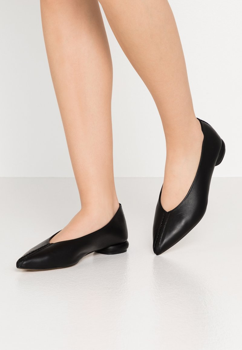 L37 - IN THE SHADOWS - Ballet pumps - black