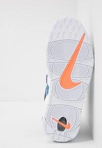 Nike Sportswear - AIR MORE UPTEMPO '96 QS - Baskets montantes - white/obsidian/total orange - 5