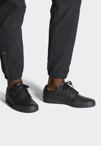 adidas Originals - SEELEY XT - Sneakersy niskie - black - 0