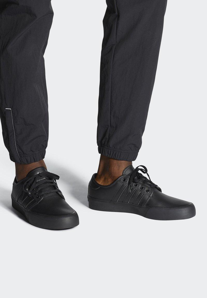 adidas Originals - SEELEY XT - Sneakersy niskie - black