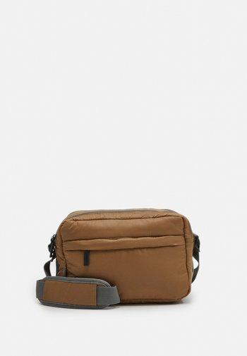 PUFFY SPORT SQUARE - Across body bag - desert taupe