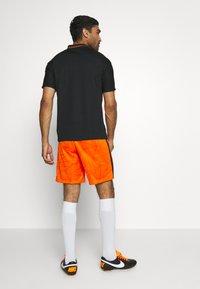 Nike Performance - NIEDERLANDE SHORT - Träningsshorts - safety orange/black - 2
