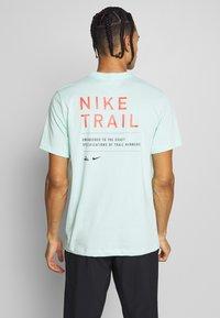 Nike Performance - DRY TEE TRAIL - Camiseta estampada - mint foam - 2