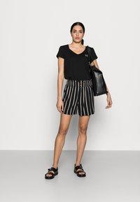 TOM TAILOR DENIM - Shorts - black/beige - 1