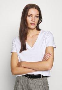 Banana Republic - NEW SUPIMA VEE - Basic T-shirt - white - 0