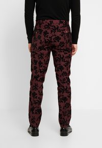 Twisted Tailor - KADI FLORAL FLOCK SUIT - Suit - burgundy - 5