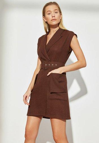 Sukienka etui - brown