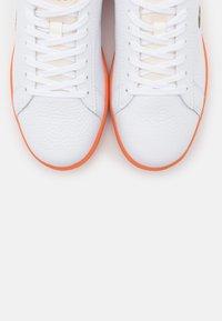 Lacoste - CARNABY EVO - Baskets basses - white/orange - 5