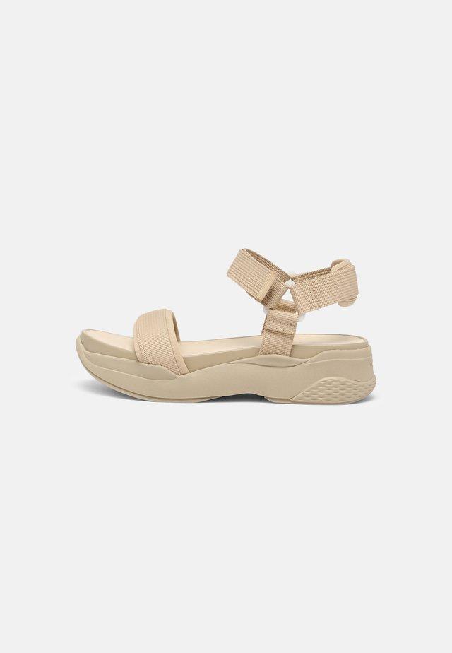 LORI - Sandały na platformie - sand