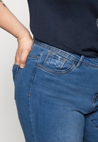 Vero Moda Curve - VMTANYA MRS PIPING  - Jeans Skinny Fit - medium blue denim - 4