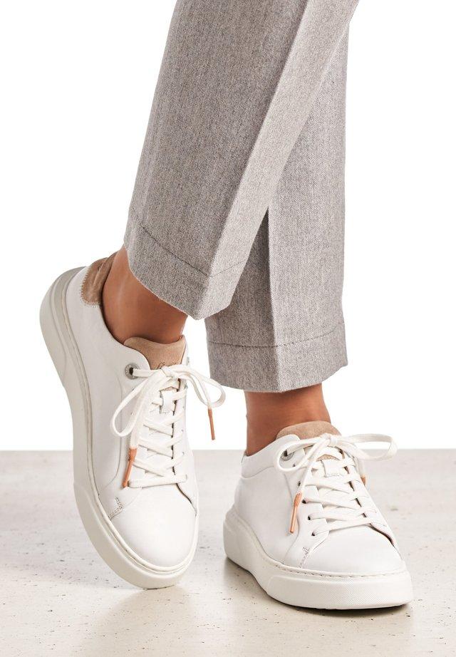 MIT PLATEAU - Sneakers laag - weiß