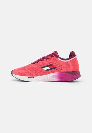 TS ELITE RACER WOMEN 2 - Neutral running shoes - poppy pink