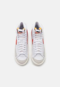 Nike Sportswear - BLAZER MID '77 - Høye joggesko - white/habanero red/sail - 4