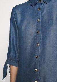 comma - Denimové šaty - dark blue - 5