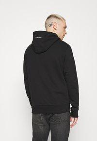 Calvin Klein - VERTICAL SIDE LOGO HOODIE - Felpa con cappuccio - black - 2