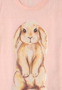 Cotton On - STEVIE EMBELLISHED  - Triko spotiskem - crystal pink/watercolour bunny - 2