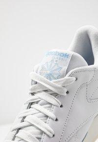 Reebok Classic - Sneakersy niskie - porcelain/fluid blue/silver metallic - 2