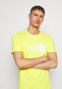 The North Face - M S/S EASY TEE - EU - T-shirt med print - lemon - 3