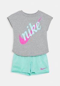 Nike Sportswear - SCRIPT FUTURA SET - Pantaloni sportivi - emerald rise - 0