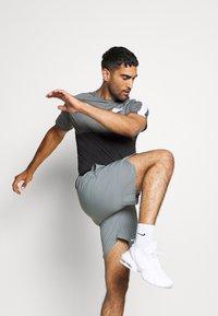 Nike Performance - DRY - Camiseta estampada - black/smoke grey/white - 3