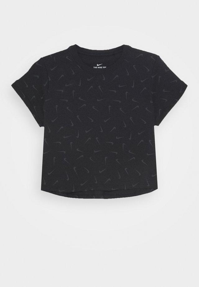 CROP SWOOSHFETTI - Camiseta estampada - black/smoke grey