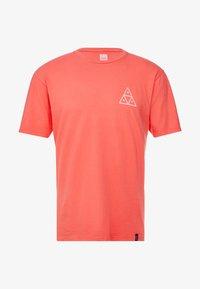 HUF - ESSENTIALS TEE - Print T-shirt - cayenne - 4
