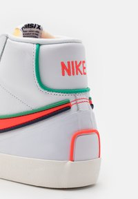 Nike Sportswear - BLAZER MID '77 INFINITE UNISEX - Korkeavartiset tennarit - white/bright crimson/blue void - 7