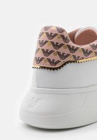 Emporio Armani - Sneakers laag - white/nuage/testa di moro/gold - 6