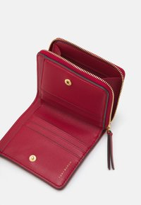 Tory Burch - KIRA CHEVRON BIFOLD WALLET - Wallet - redstone/rolled brass - 2