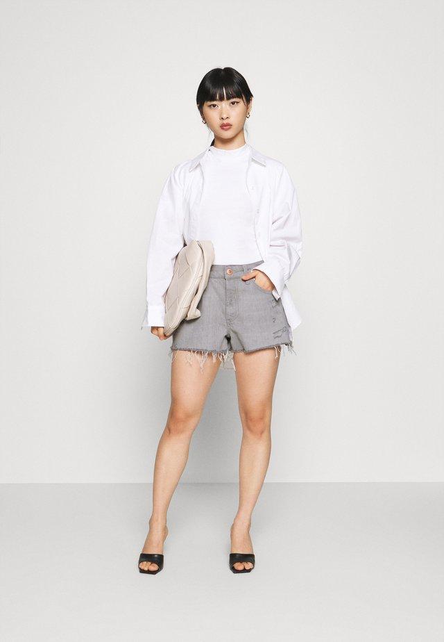 HANNAH  - Shorts di jeans - acid wash grey