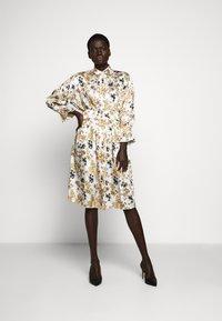 Victoria Victoria Beckham - TIE SLEEVE DRESS - Shirt dress - ditsy mustard - 1