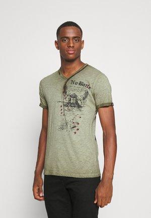 BATTLE BUTTON - T-shirt con stampa - green