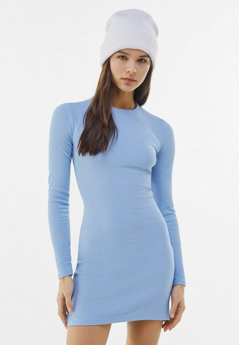 Bershka - MIT RAFFUNGEN  - Jumper dress - light blue