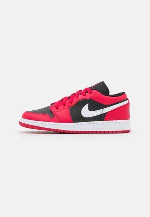 AIR 1 LOW UNISEX - Chaussures de basket - black/white/very berry