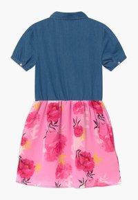 Guess - JUNIOR MIXED - Vestito di jeans - light-blue denim/light pink - 1