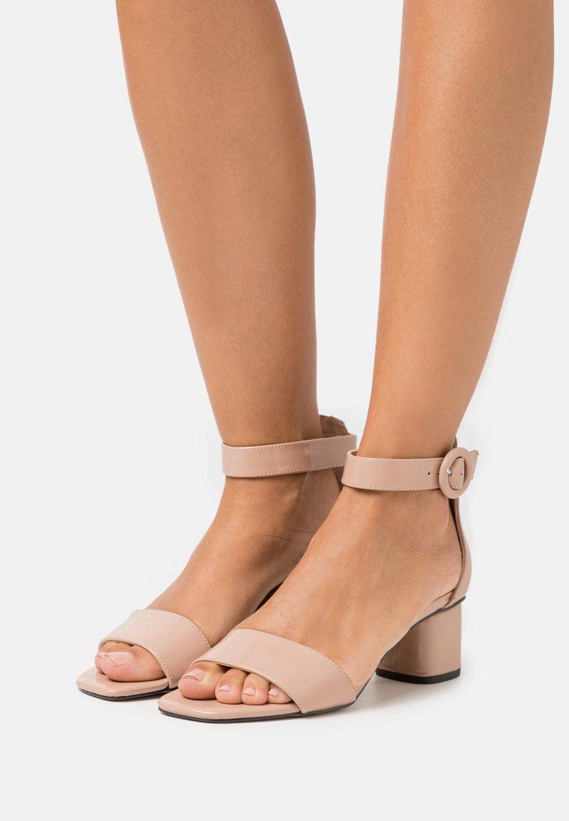 PARFOIS - Sandaalit nilkkaremmillä - nude