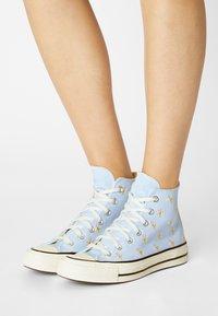 Converse - CHUCK 70 EMBROIDERED GARDEN PARTY - Zapatillas altas - chambray blue/egret/black - 0
