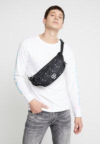 Obey Clothing - DROP OUT SLING PACK - Bum bag - symbol black - 1