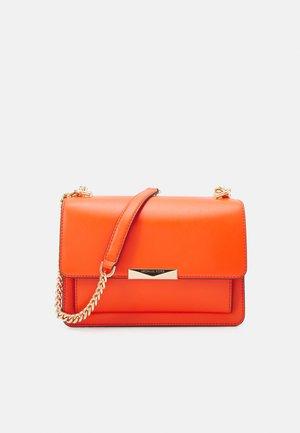 JADE GUSSET KING - Across body bag - clementine
