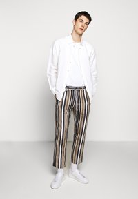 CLOSED - ATELIER CROPPED - Trousers - golden oak - 1