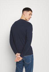 Tommy Jeans - LONGSLEEVE SCRIPT BOX TEE - Maglietta a manica lunga - twilight navy - 2