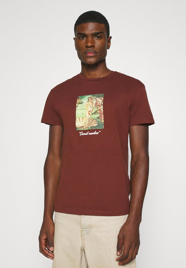 JORART CREW NECK - T-shirt con stampa - deep mahogany