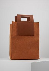 Holzweiler - CARRY BIG BAG - Shopping bags - camel - 2