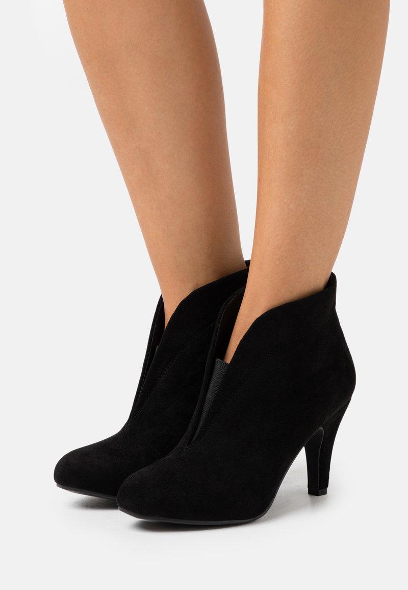 Wallis - AMUSE - Korte laarzen - black