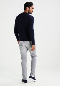 Farah - THE ROSECROFT CREW NECK  - Stickad tröja - true navy - 2