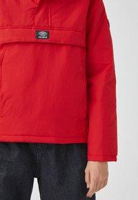 PULL&BEAR - Zimní bunda - red - 5