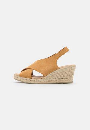 CROSSED PLATFORM  - Sandály na klínu - brown