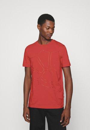 CHANNING - Print T-shirt - medium red
